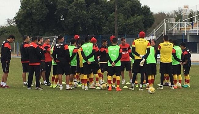 Mancini passa orientações no treino em Florianópolis - Foto: Roque Mendes l EC Vitória
