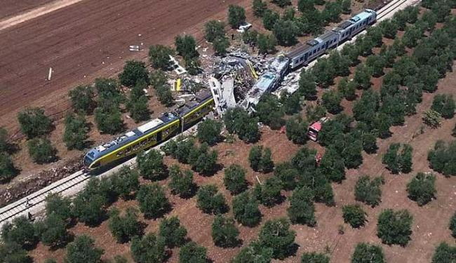 Os trens se chocaram frontalmente na linha Bari Norte - Foto: Corpo de Bombeiros da Itália