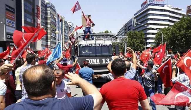 Seis mil pessoas já foram presas por ligação com golpe - Foto: Tumay Berkin | Reuters