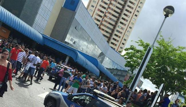 Estudantes se aglomeravam na porta da instituição - Foto: Reprodução | Blog do Enem