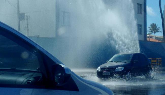 Vazamento de água afeta o trânsito na região próximo à Sereia de Itapuã - Foto: Iloma Sales | Ag. A TARDE