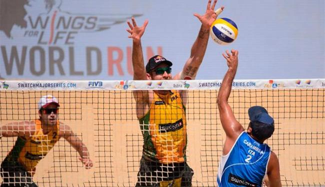 Alison tenta bloquear Adrian Carambula - Foto: Divulgação | CBV