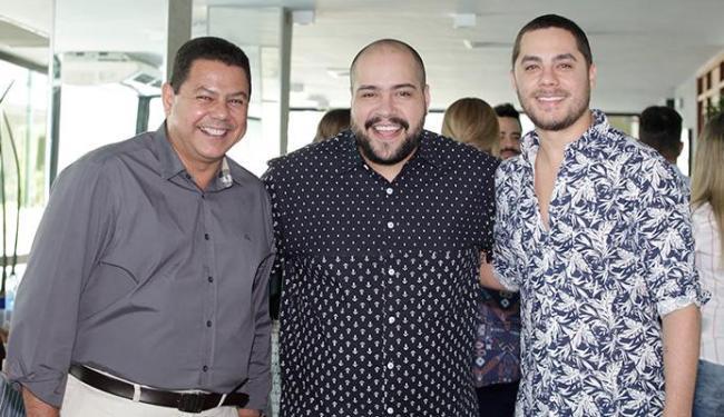 O comodoro do Yacht Clube, Marcelo Sacramento, com os cantores Tiago Abravanel e Levi Lima, do Jammi - Foto: Xando Pereira | Ag. A TARDE