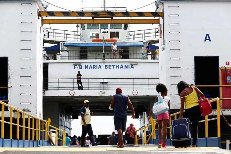 O movimento para o embarque nos ferries é tranquilo na manhã desta quarta - Foto: Lucas Melo | Ag. A TARDE