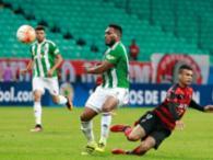 Vander perde a bola após disputar com jogador do Coritiba - Foto: Margarida Neide | Ag. A TARDE