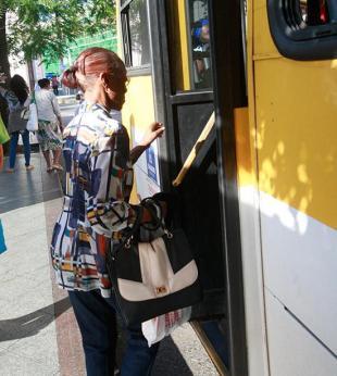 Idosos reclamam de dificuldade de acesso a ônibus sem cartão do SalvadorCard - Foto: Margarida Neide | Ag. A TARDE