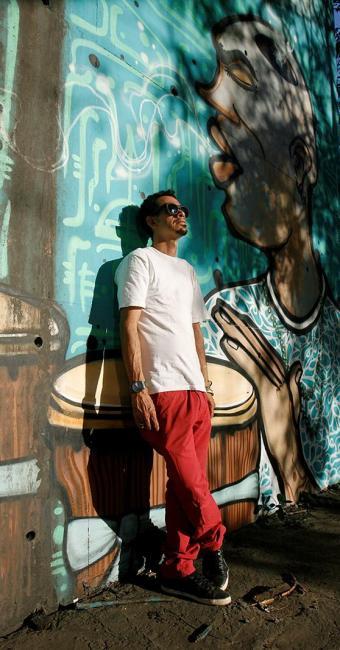 Denissena, de 39 anos, grafita desde 1996 - Foto: Adilton Venegeroles l Ag. A TARDE