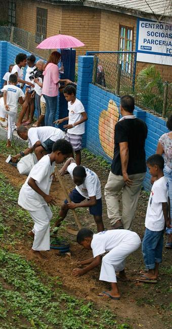 Criançada plantou árvores frutíferas em atividade realizada na manhã desta segunda-feira, 29 - Foto: Luciano da Matta l Ag. A TARDE