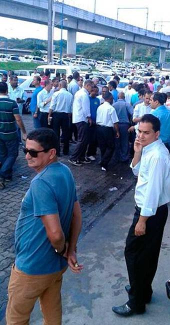 Protesto de taxista trava o trânsito na avenida Bonocô, em Salvador - Foto: Cidadão Repórter   Via WhatsApp