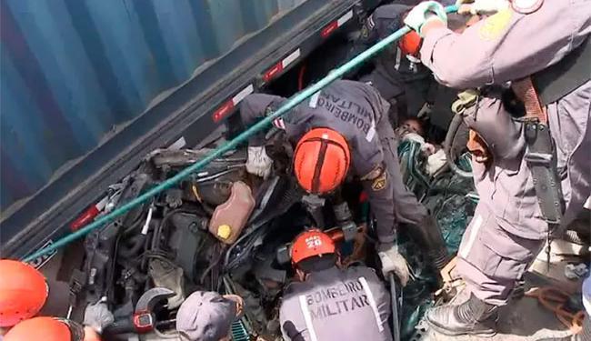 Homem de 26 anos foi retirado consciente do carro após acidente - Foto: Reprodução | TV Bahia