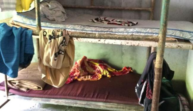 Os trabalhadores dormiam em camas improvisadas com andaimes - Foto: Divulgação   SRTE-BA