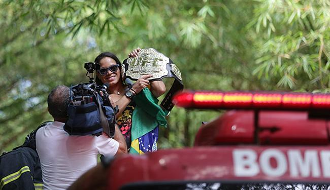 Amanda saiu do aeroporto em carro de bombeiro - Foto: Raul Spinassé l Ag. A TARDE