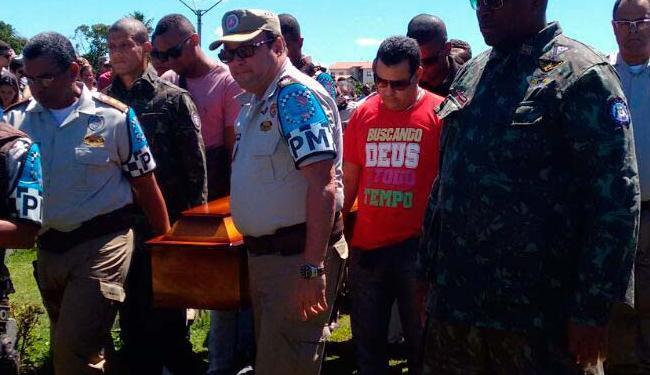 Amigos de farda participam do sepultamento de PM baleado em Pernambués - Foto: Edilson Lima | Ag. A TARDE
