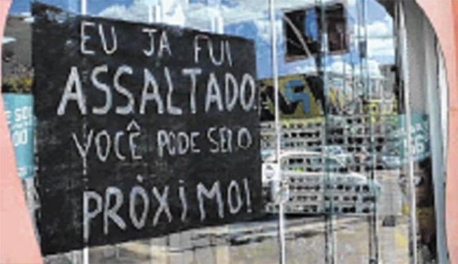 Lojistas que já foram assaltados colocaram cartazes nos estabelecimentos - Foto: Blog Sigi Vilares | Divulgação