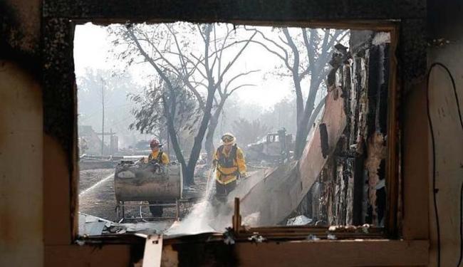 Bombeiros apagam incêndio em prédio na região de Lower Lake, na Califórnia - Foto: Stephen Lam | Agência Reuters