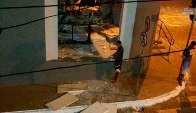 Bandidos atacaram a agência do BB na cidade baiana de Caculé - Foto: Reprodução   Blog do Anderson