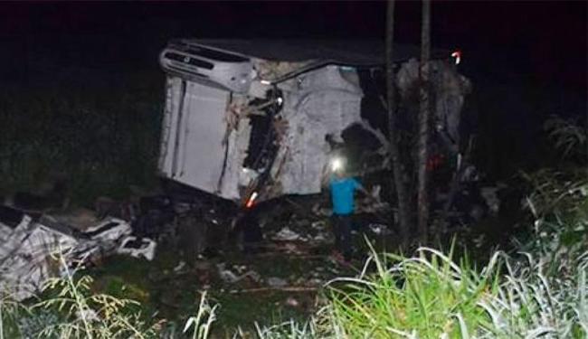 Caminhão chegou a cair na ribanceira após o impacto - Foto: Reprodução | Teixeira News