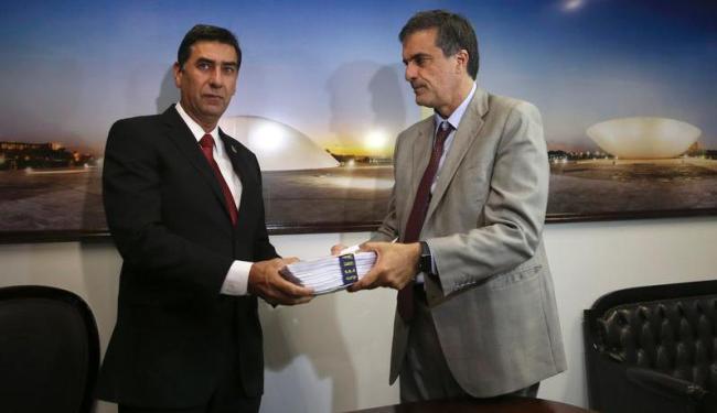 José Eduardo Cardozo (D), advogado da presidenta afastada Dilma, entrega defesa - Foto: José Cruz | Agência Brasil