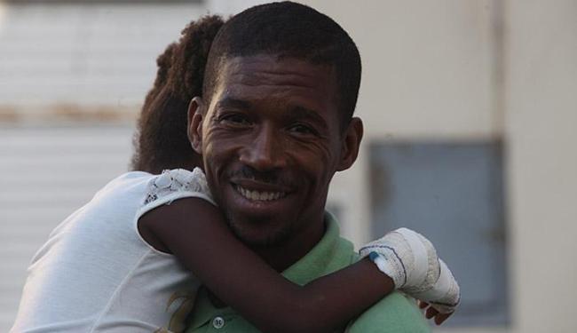 O sorriso de Carlos Alberto, que levou a filhinha de 5 anos para continuar tratamento na unidade - Foto: Lúcio Távora l Ag. A TARDE