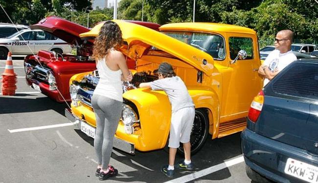 Público admira carros clássicos fabricados na década de 1960 - Foto: Luciano da Mata | Ag. A TARDE