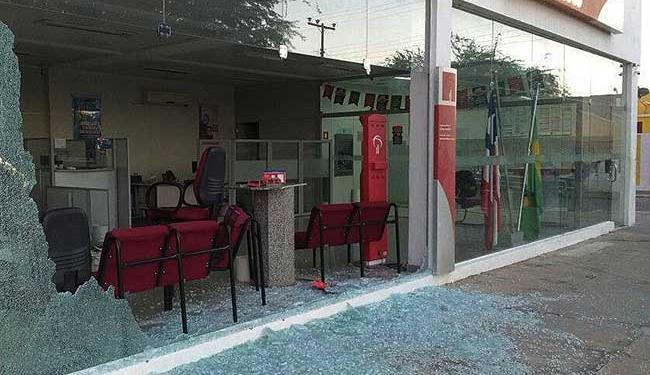 Bandidos destruíram agência bancária e ainda atiraram contra uma viatura da PM - Foto: Cidadão Repórter | Whatsapp