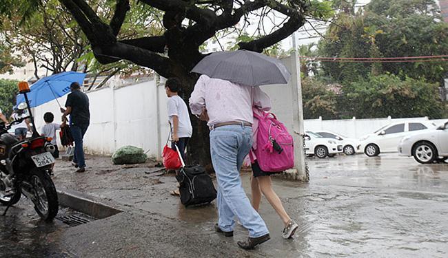 Chuva constante causou transtornos às pessoas nas ruas da capital - Foto: Luciano da Matta l Ag. A TARDE