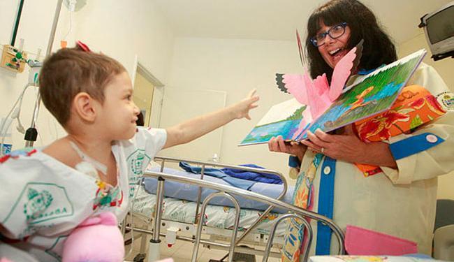 Mesmo no leito, a pequena Sophia consegue se divertir com as fábulas contadas pela tia Selma - Foto: Joá Souza | Ag. A TARDE