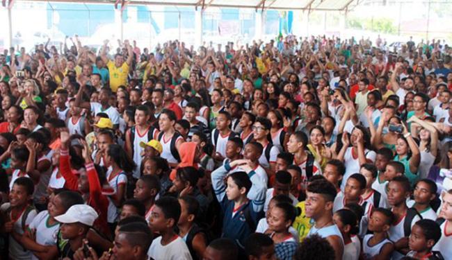 Conterrâneos de Isaquias lotaram a quadra do Colégio C.E.U. Ubaitaba vibrou com o herói local - Foto: Aleilton Oliveira l Ag. A TARDE