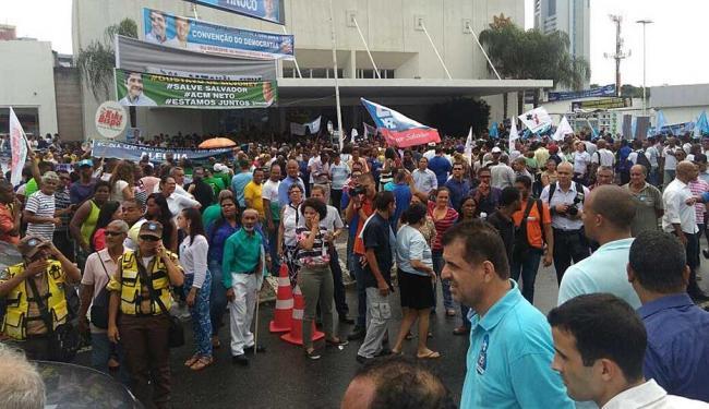 Correligionários se concentram em frente à Unique, na avenida Tancredo Neves - Foto: Luan Santos | Ag. A TARDE
