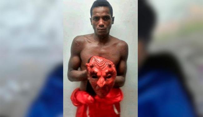 Cristian foi preso em 2014 roubando usando máscara de diabo e roupa de Papai Noel - Foto: Reprodução | Sul Bahia News