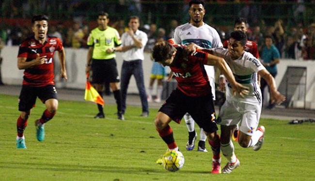 Dagoberto lutou parte para cima do ataque enquanto é puxado por jogador do Coritiba - Foto: Luiz Tito | Ag. A TARDE