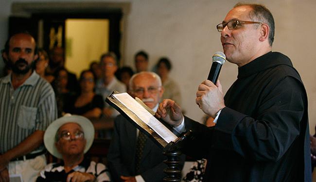 Dom Gregório falou da importância da obra catalogada por monges desde 1582 - Foto: Mila Cordeiro l Ag. A TARDE