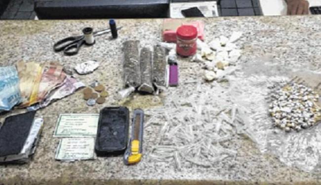 A polícia apreendeu maconha, crack, cocaína e dinheiro - Foto: Divulgação   Polícia Militar