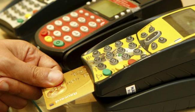 O uso do cartão de crédito caiu de 42% em 2015 para 40% em 2016 - Foto: Eduardo Martins | Ag. A TARDE