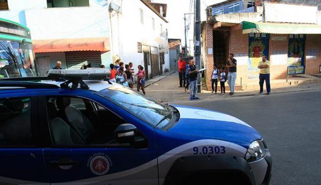 Polícia foi ao local após o enterro para acompanhar a manifestação dos amigos e parentes da vítima - Foto: Margaria Neide   Ag. A TARDE