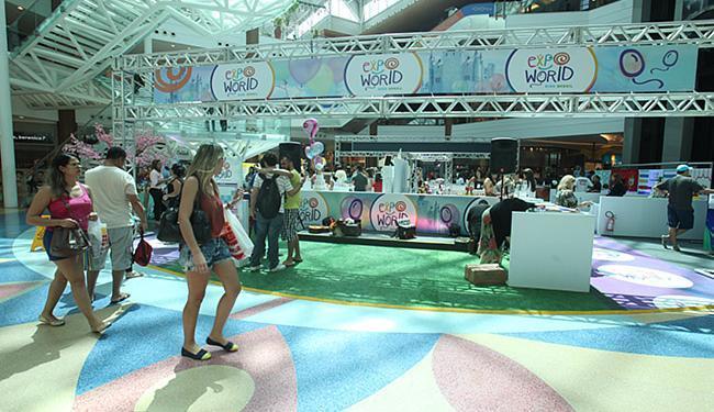 Público transita no shopping pela feira com produtos feitos para festas - Foto: Lúcio Távora l Ag. A TARDE