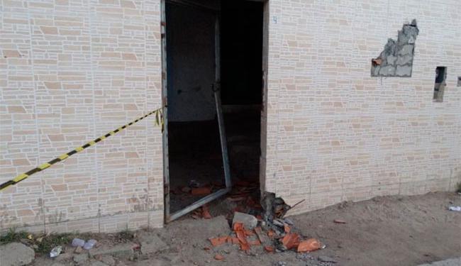 Bandidos atiraram contra duas casas e explodiram porta de uma delas - Foto: Ney SIlva   Acorda Cidade