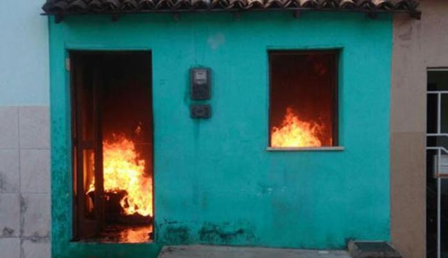 Vizinhos ajudaram autor do incêndio e a mãe dele a saírem da casa em chamas - Foto: Reprodução   Hugo Darlan   Brumado Agora