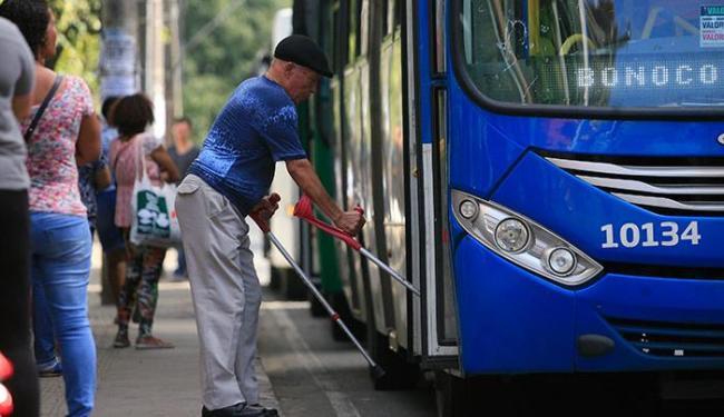 Os idosos continuarão tendo acesso ao coletivo portando apenas o documento de identidade com foto - Foto: Joá Souza | Ag. A TARDE
