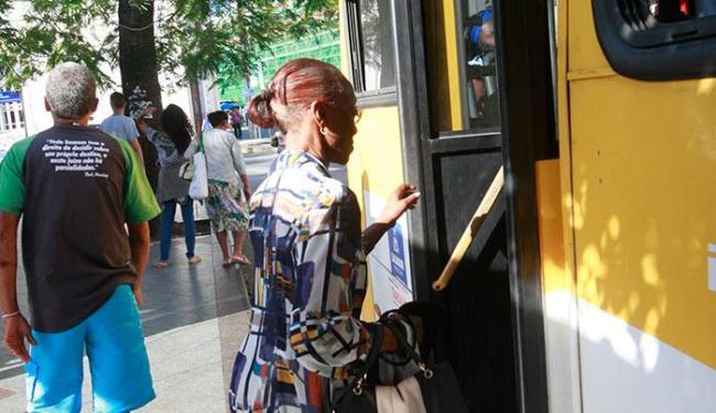 Idosos têm dificuldades para entrar no ônibus - Foto: Margarida Neide   Ag. A TARDE