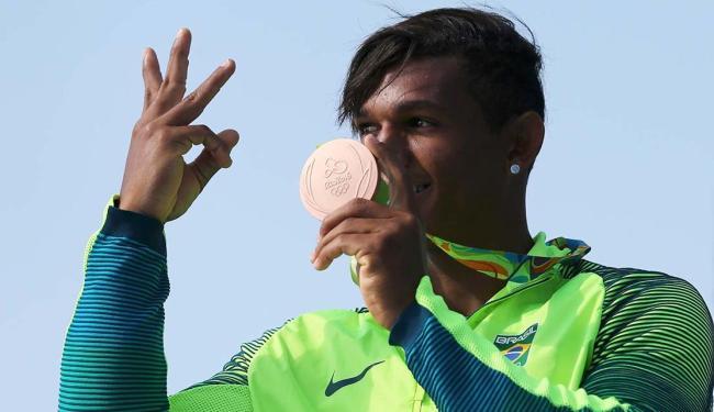 Com força e raça, Isaquias conseguiu tirar diferença na reta final e ganhou o bronze - Foto: Marcos Brindicci | Agência Reuters