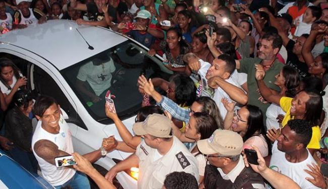 Uma multidão foi receber o atleta baianao - Foto: Aleilton Oliveira | Ag. A TARDE