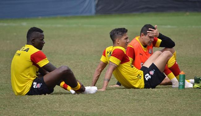 Kanu (E), Euller (C) e Diego Renan (D) têm sido criticados pelo desempenho nas últimas partidas - Foto: Francisco Galvão l EC Vitória