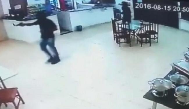 A ação dos bandidos foi registrada por câmeras de segurança do estabelecimento - Foto: Imagens da câmera do restaurante