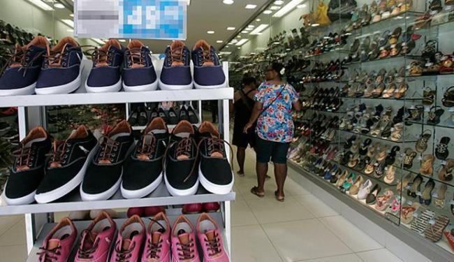 As lojas de tecidos, vestuário e calçados amargaram uma redução de quase 16% nas vendas ate junho - Foto: Mila Cordeiro l Ag. A TARDE l 29.7.2015