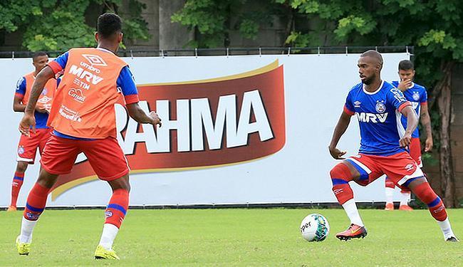 Luiz Antônio (D) será um dos três componentes da meiuca tricolor; Juninho vai para a reserva - Foto: Felipe Oliveira l EC Bahia