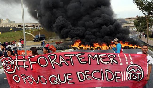 Manifestantes contra impeachment queimaram pneus em São Paulo - Foto: Paulo Whitaker l Reuters