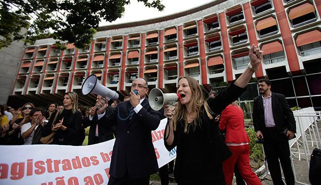 Protesto reuniu quadro de funcionários dos órgãos do sistema de Justiça da Bahia - Foto: Raul Spinassé l Ag. A TARDE