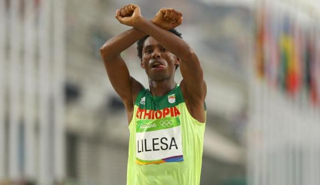 Lilesa protestou politicamente após chegada da maratona - Foto: Athit Perawongmetha | Reuters