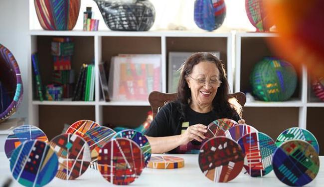 Maria Adair durante momento de criação em seu ateliê - Foto: Raul Spinassé | Ag. A TARDE